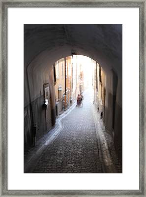 Young Couple In A Narrow Alley Framed Print by Ulrich Kunst And Bettina Scheidulin