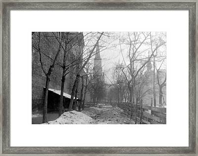 Grave Of Bolsheviks Framed Print by Hulton Archive