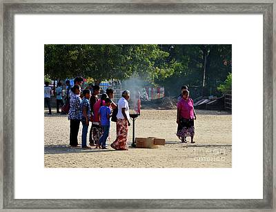 Hindu Tamil Worshippers Make Offerings At Compound Of Nallur Kandaswamy Temple Jaffna Sri Lanka Framed Print
