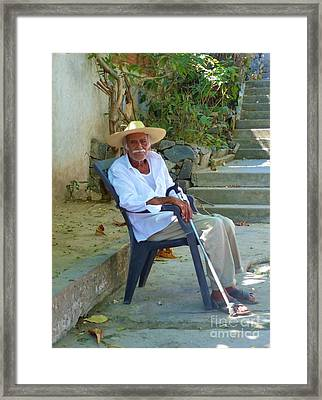Framed Print featuring the photograph Hola Senor by Rosanne Licciardi