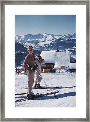 Skiers In Gstaad Framed Print by Slim Aarons