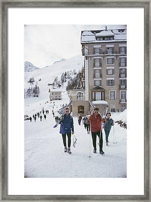 Skiers In St. Moritz Framed Print by Slim Aarons