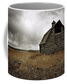 Old Barn Coffee Mug by Linda Bianic