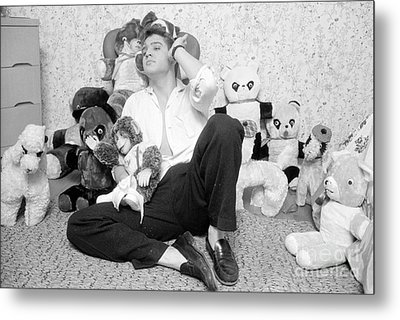 Elvis Presley At Home With Teddy Bears 1956 Metal Print by The Harrington Collection