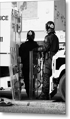 Psni Officers In Protective Riot Gear At Landrovers On Crumlin Road At Ardoyne Shops Belfast 12th Ju Metal Print by Joe Fox