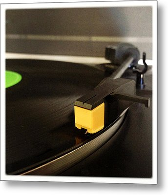 Record Player Metal Print by Les Cunliffe