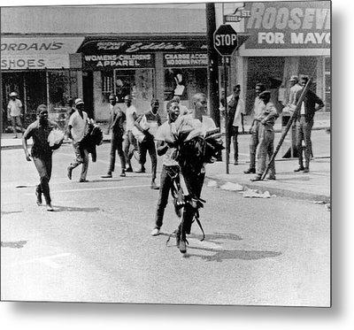1965 Watts Riot Looting Metal Print by Underwood Archives