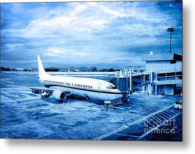 Airplane At Aerobridge Metal Print by William Voon