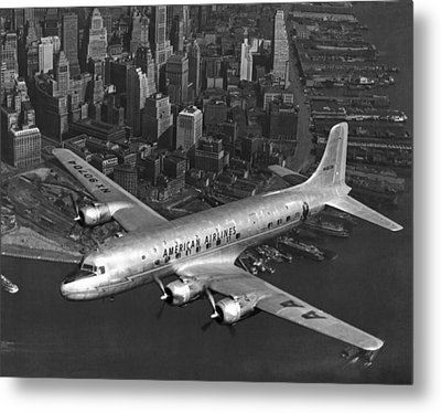 American Dc-6 Flying Over Nyc Metal Print by Underwood Archives