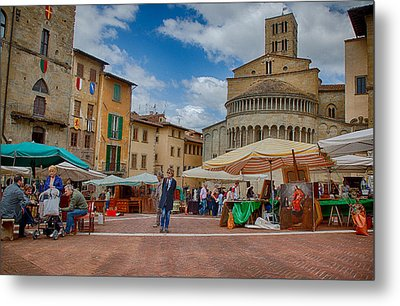 Metal Print featuring the photograph Arezzo Market Day by Uri Baruch