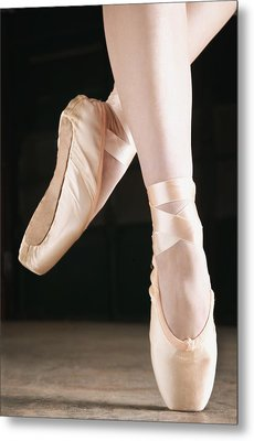 Ballet Dancer En Pointe Metal Print by Don Hammond