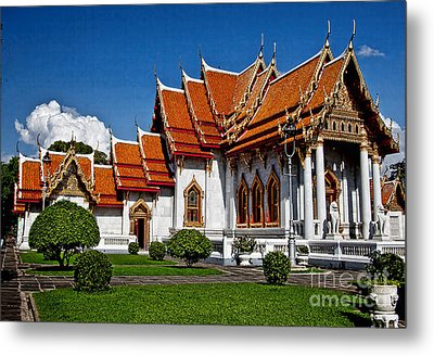 Metal Print featuring the photograph Bankok Wat by Shirley Mangini
