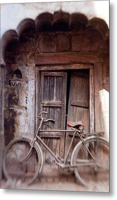 Bicycle In Doorway, Jodhpur, Rajasthan Metal Print by Peter Adams