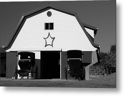 Black And White Amish Buggies And Barn Metal Print by Dan Sproul