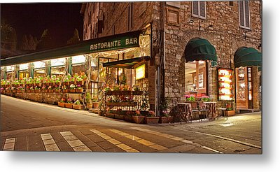 Cafe In Assisi At Night Metal Print by Susan Schmitz