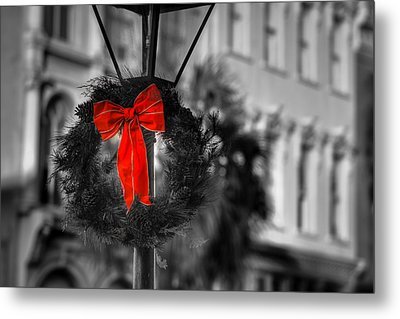 Christmas Wreath In Charleston Metal Print by Andrew Crispi