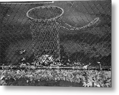 Court Trash In Black And White  Metal Print by Rob Hans