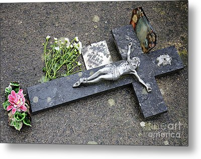 Cross Decorating A Tomb In Graveyard Metal Print