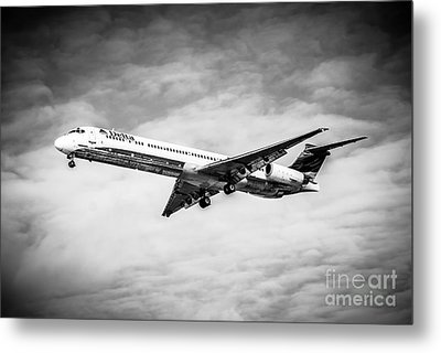 Delta Air Lines Airplane In Black And White Metal Print by Paul Velgos