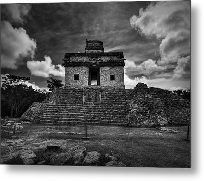 Dzibilchaltun - Temple Of The Seven Dolls 001 Bw Metal Print by Lance Vaughn