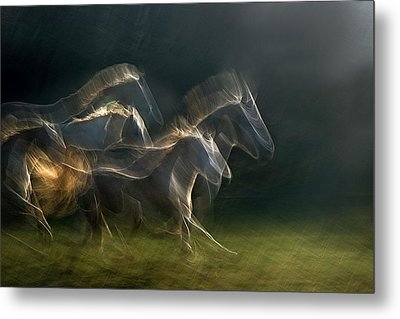 Echoing In Motion Metal Print