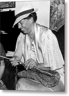 Eleanor Roosevelt Knitting Metal Print by Underwood Archives