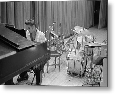 Elvis Presley On Piano Waiting For A Show To Start 1956 Metal Print by The Harrington Collection