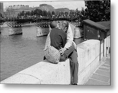 Embrace-paris Metal Print by Dave Beckerman