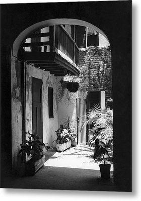 French Quarter Courtyard Metal Print by Underwood Archives