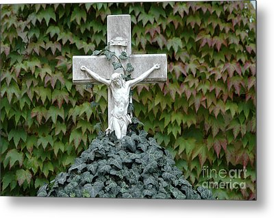 Grey Marmoreal Cross With Trailing Ivy Metal Print by Angela Kail