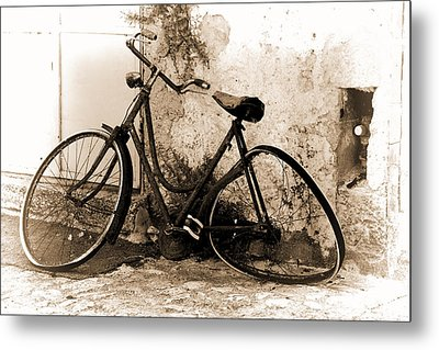 Metal Print featuring the photograph La Bicicletta by Oscar Alvarez Jr