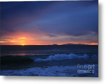 Last Ray Of Sunlight At Pt Mugu With Wave Metal Print