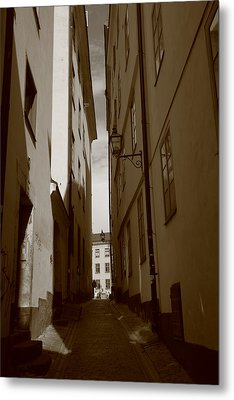 Light And Shadow In A Narrow Alley - Monochrome Metal Print by Ulrich Kunst And Bettina Scheidulin