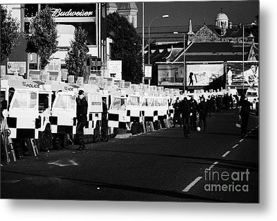 Line Of Psni Land Rovers And Officers On Crumlin Road At Ardoyne Shops Belfast 12th July Metal Print
