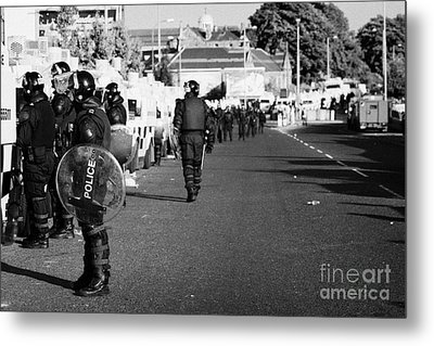 Line Of Psni Officers And Land Rovers In Riot Gear On Crumlin Road At Ardoyne Shops Belfast 12th Jul Metal Print