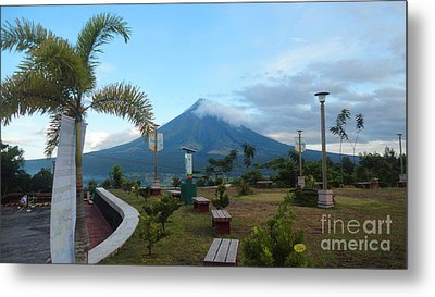 Mayon At Lignon Hill Metal Print by Manuel Cadag