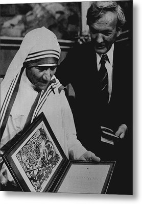 Mother Teresa Gets Award Metal Print by Retro Images Archive