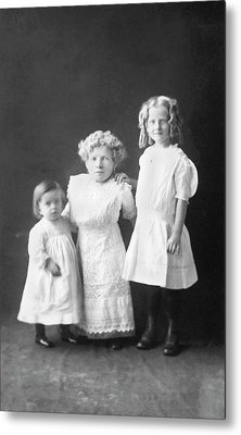 Mother With Dwarfism With Daughters Metal Print by American Philosophical Society