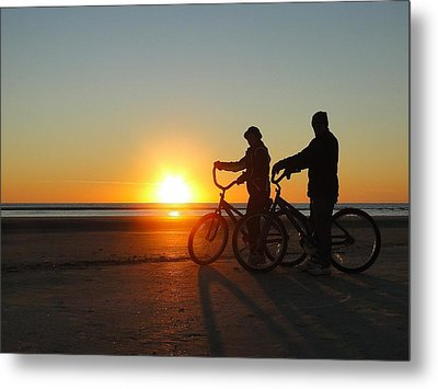 Newlyweds Pause To Embrace The Sunrise Metal Print