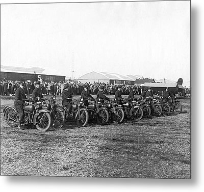 Ny Cops Wait For Bremen Flyers Metal Print by Underwood Archives