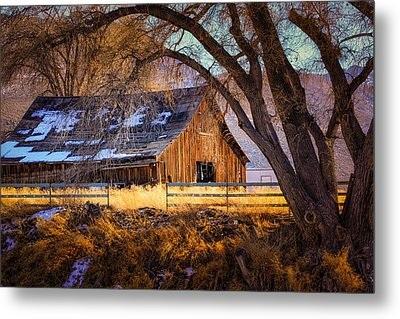 Old Barn In Sparks Metal Print by Janis Knight