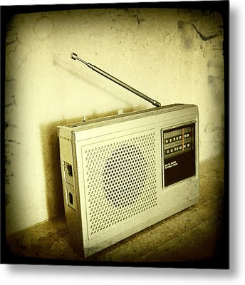 Old Radio Metal Print by Les Cunliffe