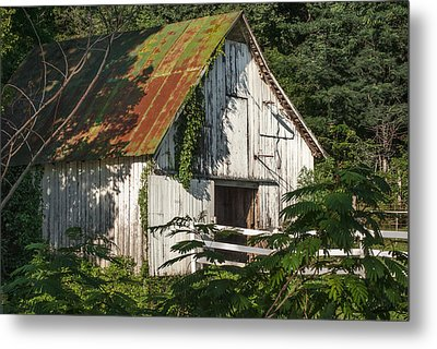 Old Whitewashed Barn In Tennessee Metal Print
