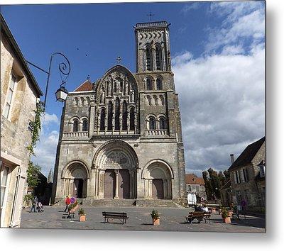 parvis de la Basilique Sainte-Marie-Madeleine de Vezelay Metal Print