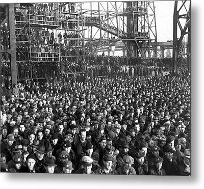 Philadelphia Shipyard Workers Metal Print by Underwood Archives
