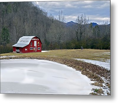 Red Barn In Tate City Metal Print by Susan Leggett