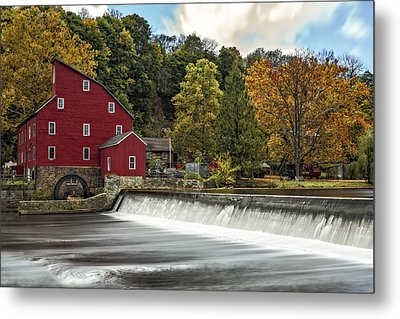 Red Mill At Clinton Metal Print by Susan Candelario