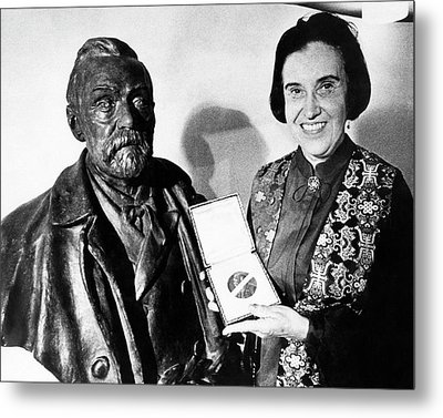 Rosalyn Yalow With Her 1977 Nobel Prize Metal Print