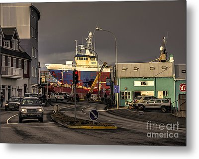 Ship Aground  Metal Print by Rob Hawkins