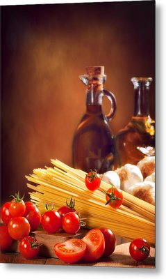 Spaghetti Pasta With Tomatoes And Garlic Metal Print by Amanda Elwell